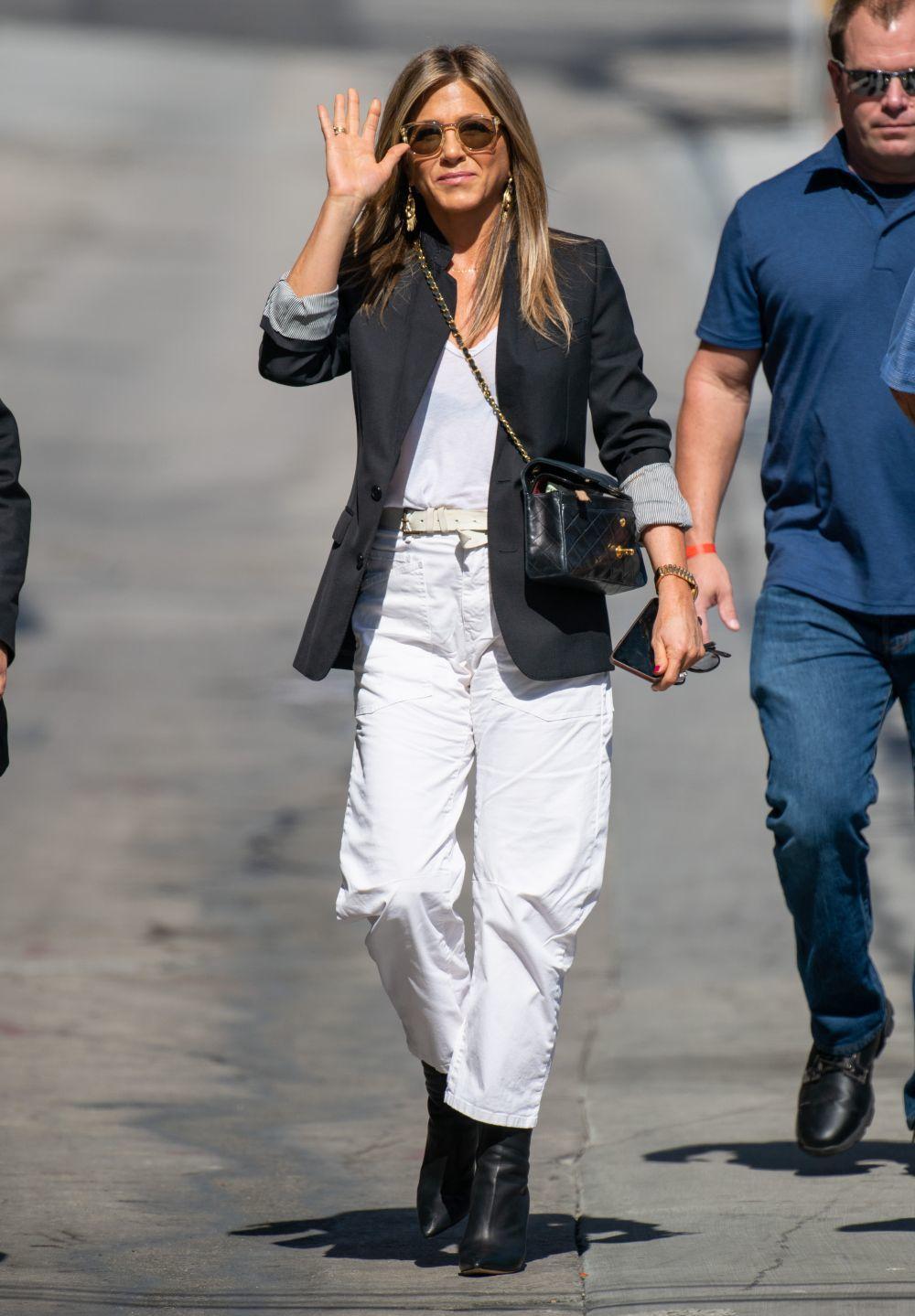 Jennifer Aniston con pantalón cargo blanco de la firma americana Nili...