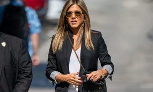 599809119 Jennifer Aniston da una lección de moda vistiendo con básicos