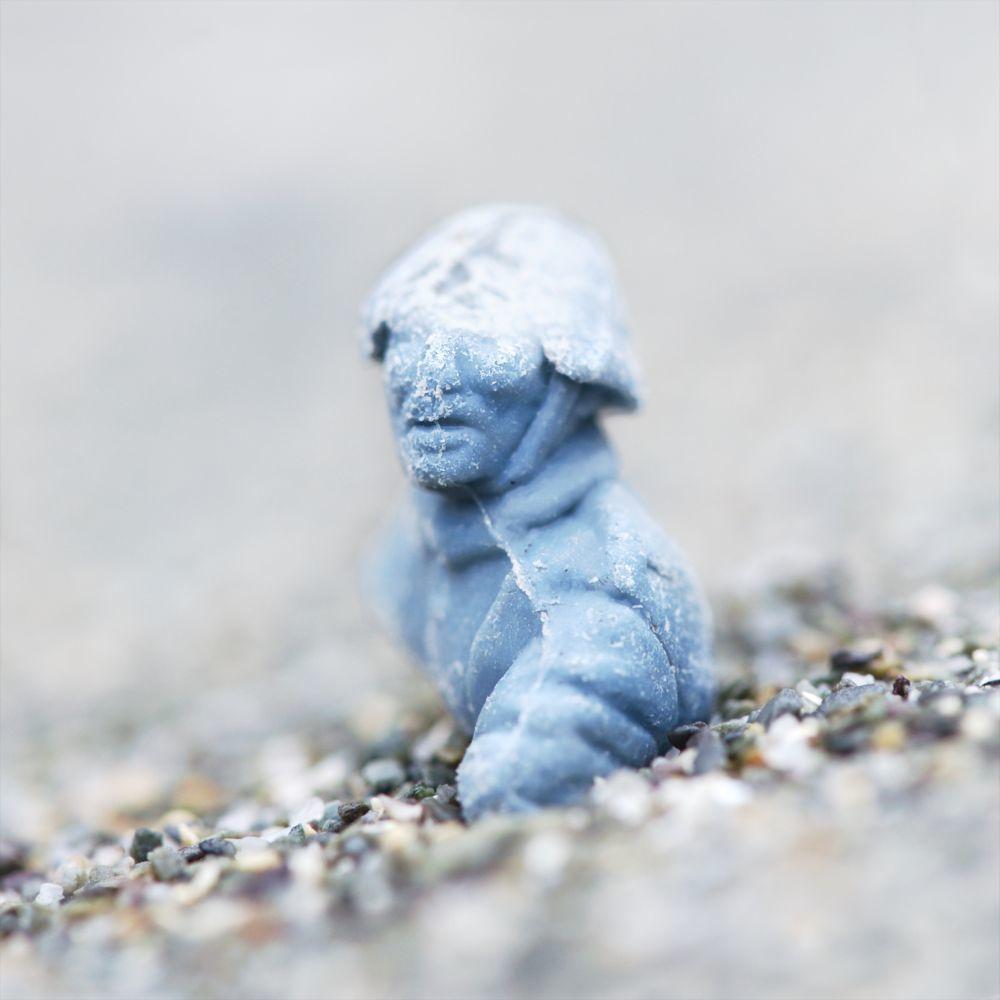 Cuando las algas invernales se descomponen, aparece el plástico que viajaba enredado en sus filamentos, como este soldado.