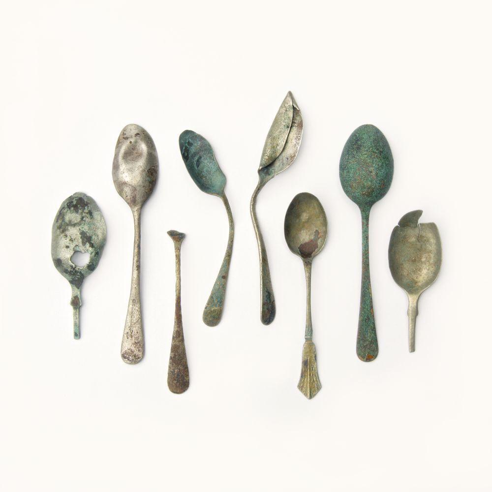 Cucharas del siglo XIX y XX. Originalmente tenían la medida del dracma líquido  y fueron creciendo de tamaño a partir del siglo XVIII.