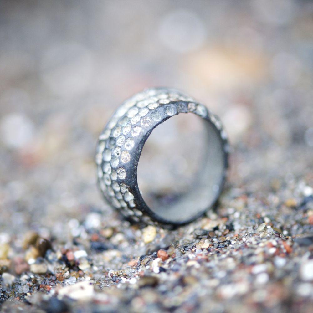 Mi pieza favorita es este anillo-dedal encontrado en el cauce del río Támesis durante las últimas investigaciones para el libro <em>Scavenging</em>. Pertenece al medievo (1450-1600). Se usaba para coser el cuero.
