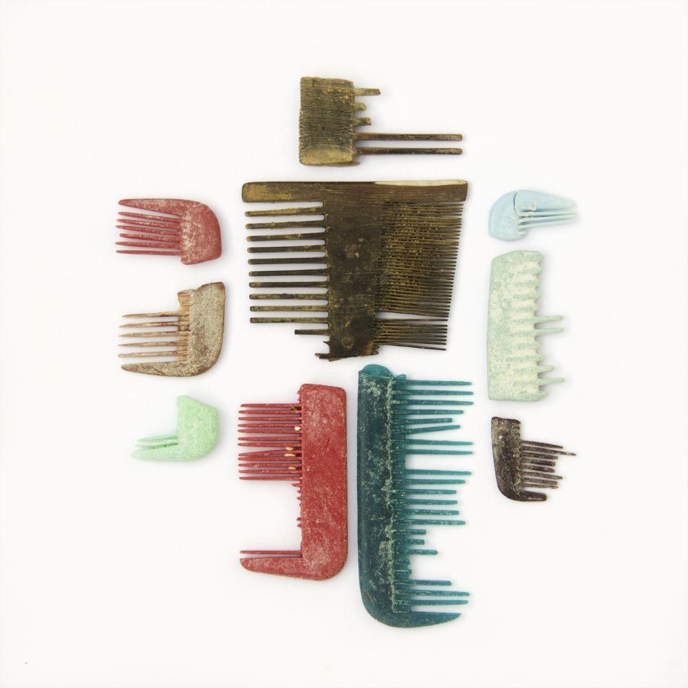 Peines rotos se suman constantemente a la colección de Lisa Woollett. Estos incluyen algunas piezas elaboradas en hueso y plástico. Datan de los siglos XVII-XXI. En el caso de los peines de hueso, el lado más fino se utilizaba para limpiar el cabello de liendres.