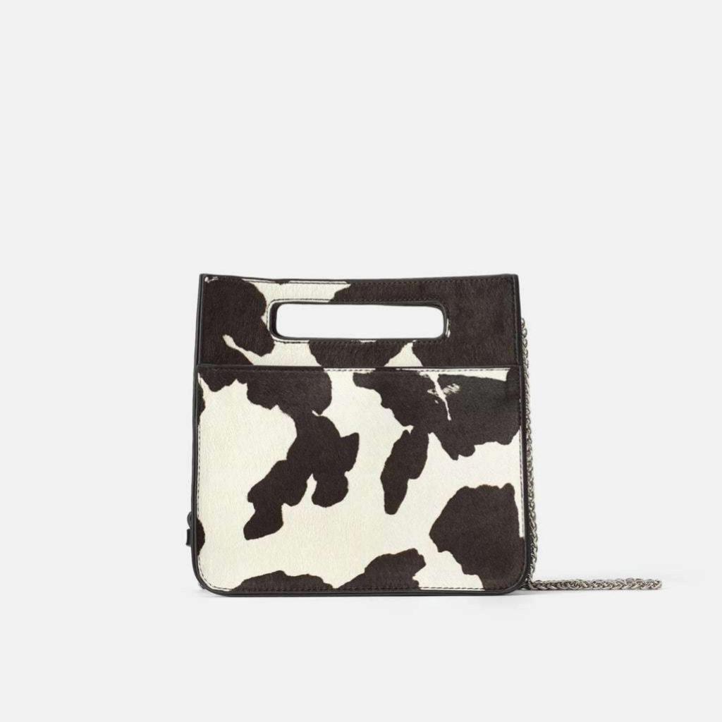 Bolso bandolera con print de vaca de Zara