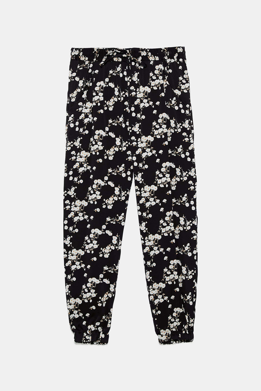Pantalón tipo jogger con pantalón de flores de Zara