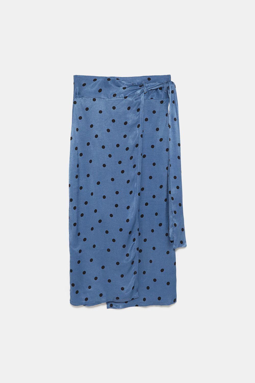 Falda de lunares de Zara (25,95 euros).