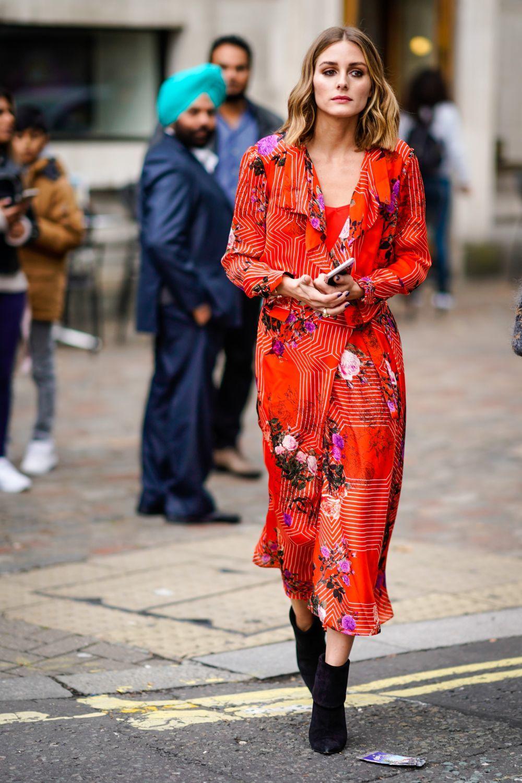 Olivia Palermo con un vestido rojo de flores.