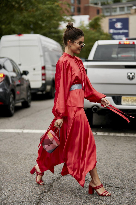 Para la noche nada como un sofisticado vestido rojo de satén.