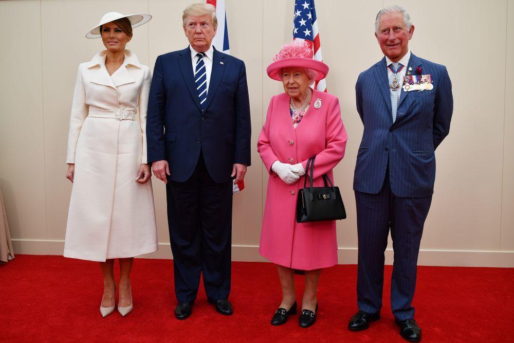 Melania y Donald Trump junto a la reina, Isabel II,  y el príncipe...