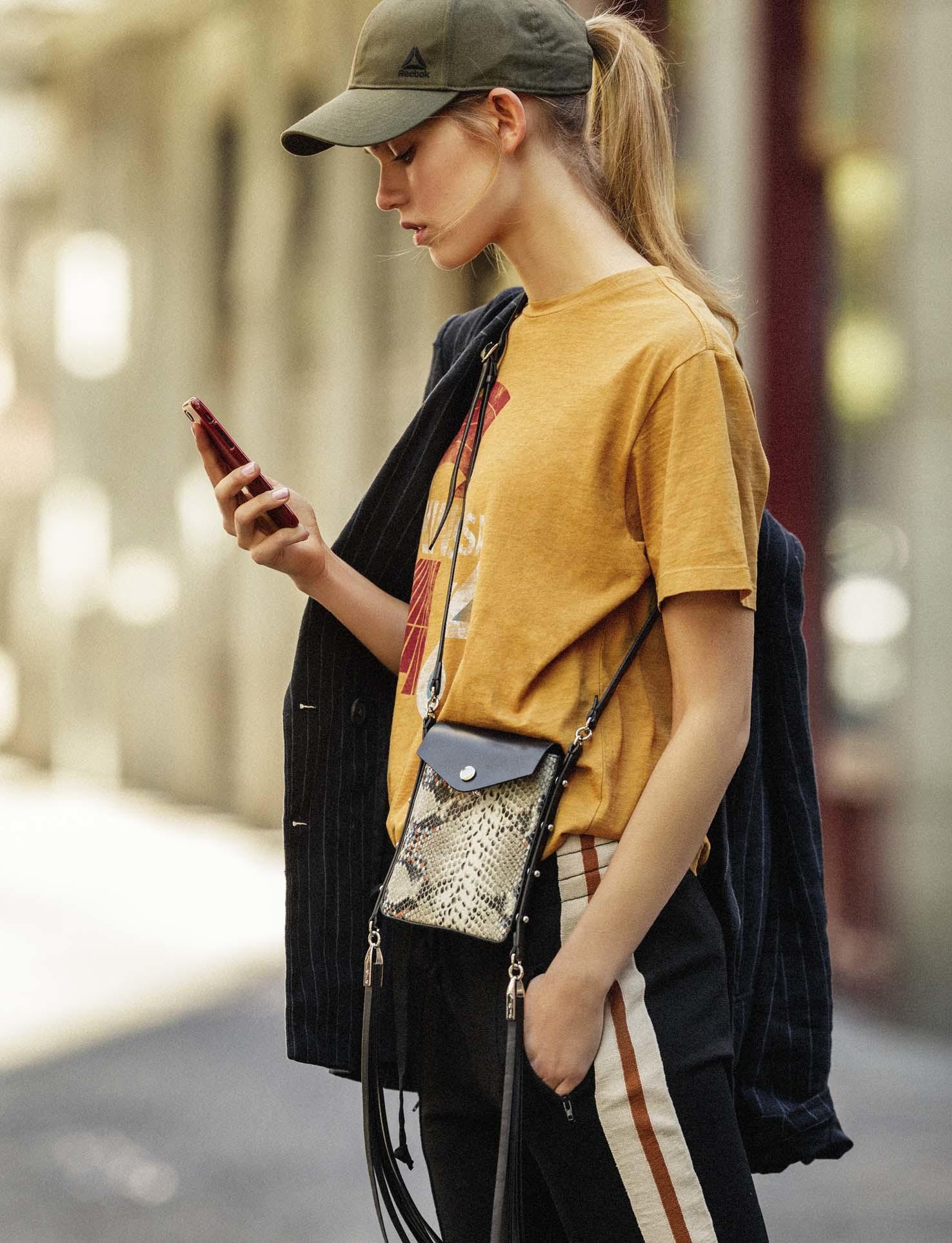 El cuello smartphone es el culpable de la papada. Pasar gran parte del...