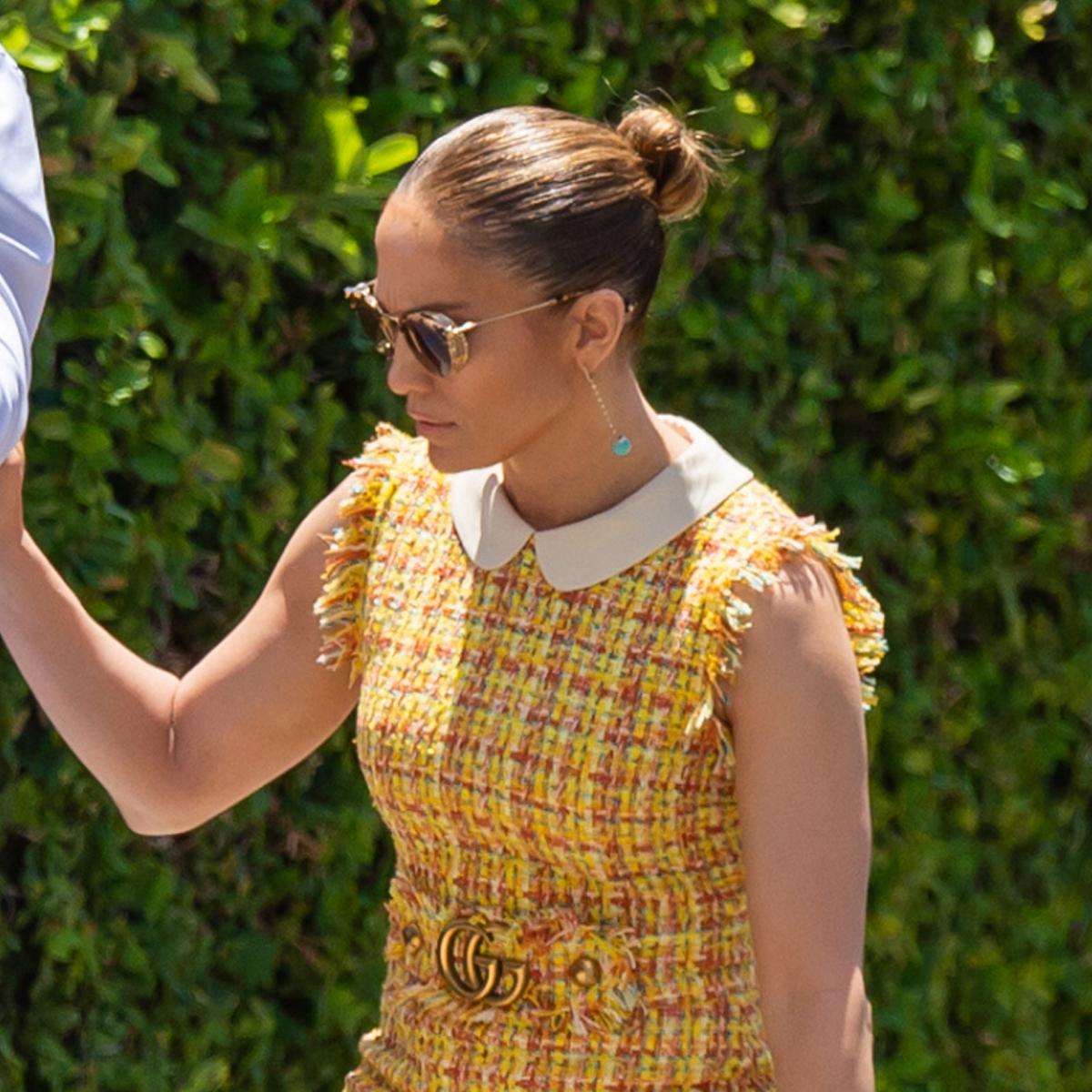 Jennifer Lopez con moño de bailarina alto y pulido.