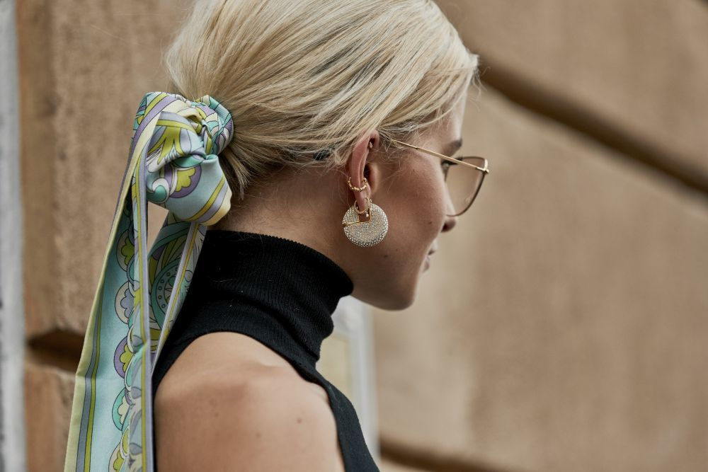Moño bajo con pañuelo, otro de las propuestas de peinado más originales de la temporada.