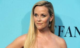 Reese Witherspoon en un acto para Tiffany con su melena rubia larga y...