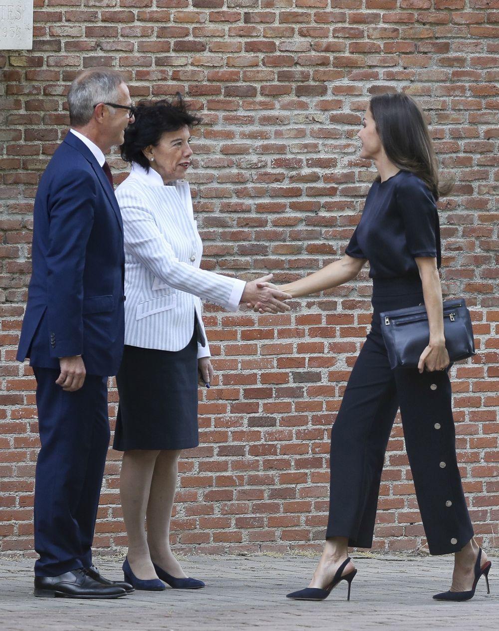 La reina Letizia rescata sus pantalones de Hugo Boss con botones...