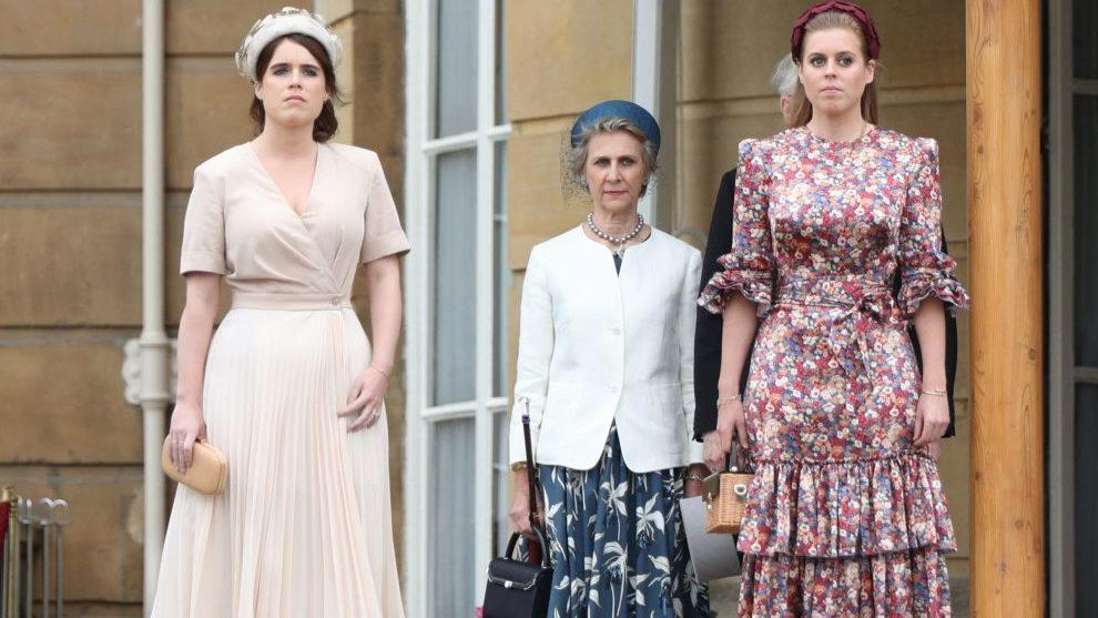 En el palacio de Buckingham, Eugenia y Beatriz de York con la duquesa...