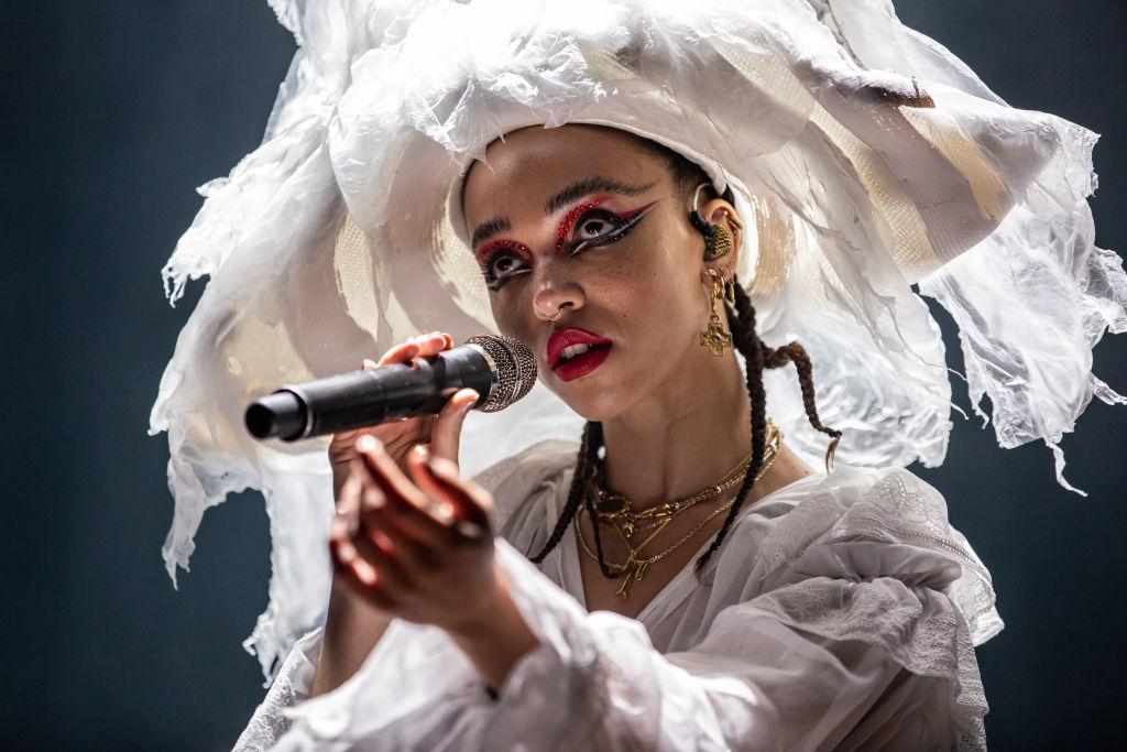 La cantante FKA Twigs con purpurina y glitter durante su concierto en...