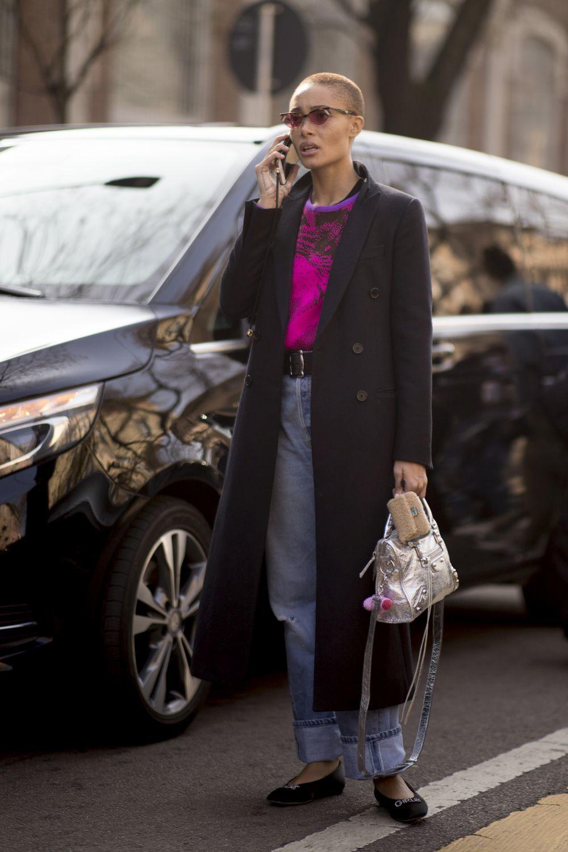 Un abrigo negro clásico: la prenda comodín que nunca pasa de moda y...