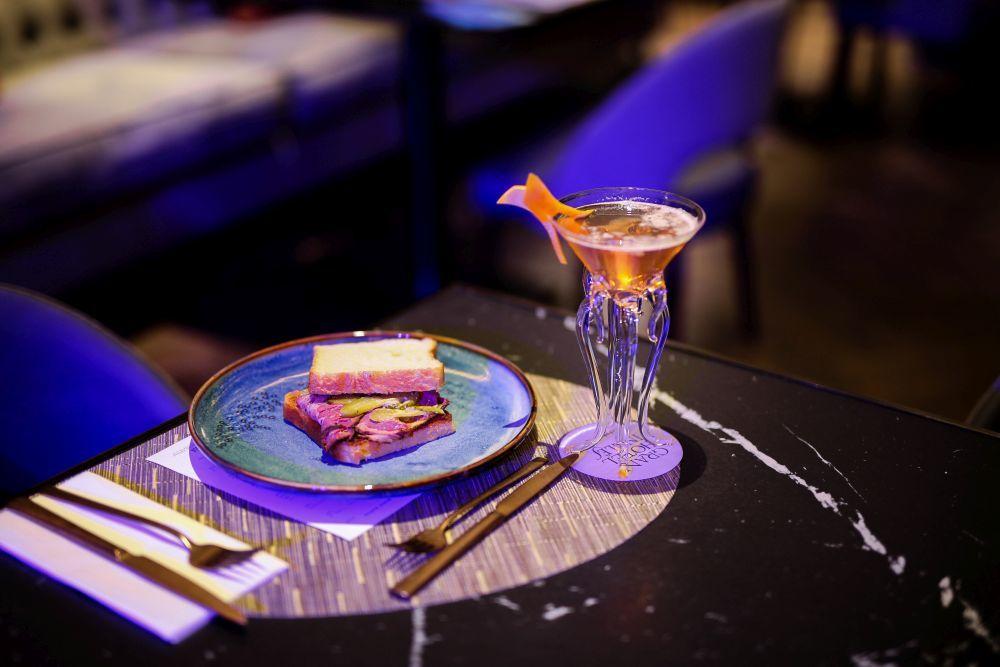 Huevos benedictine  y copa de champán en el Crazy Brunch del Gran...