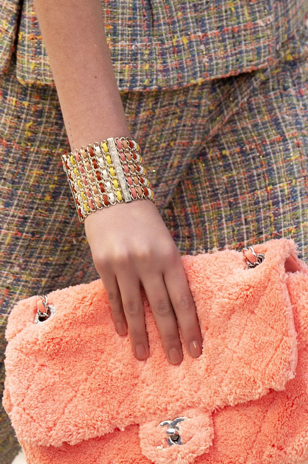 Uñas Living coral o naranja salmón en el desfile de Chanel, otro de...