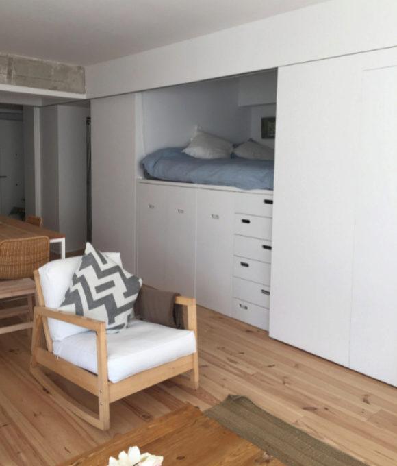 Casa en San Sebastián diseñada por Eme157, con paneles móviles que integran el dormitorio en el salón