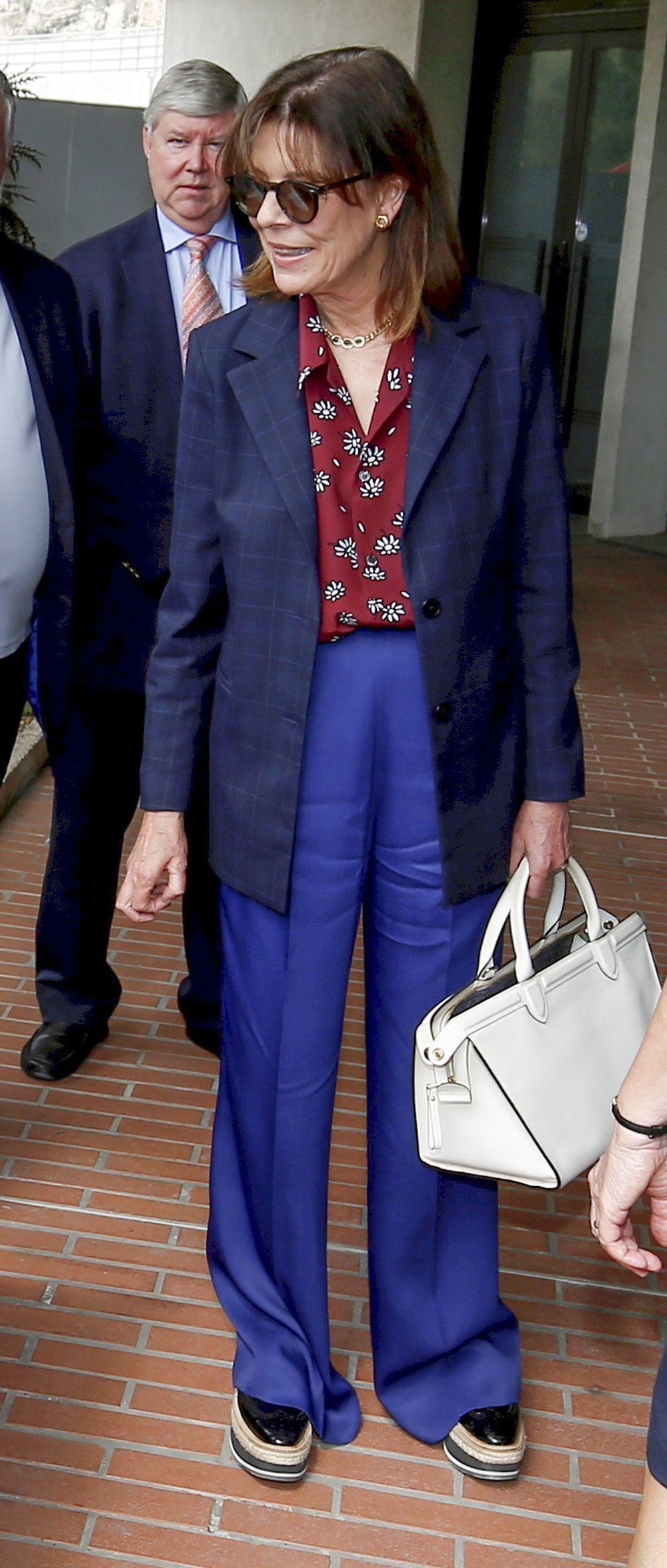 Las claves del look de Carolina De Mónaco: con altas plataformas y panatalones anchos.