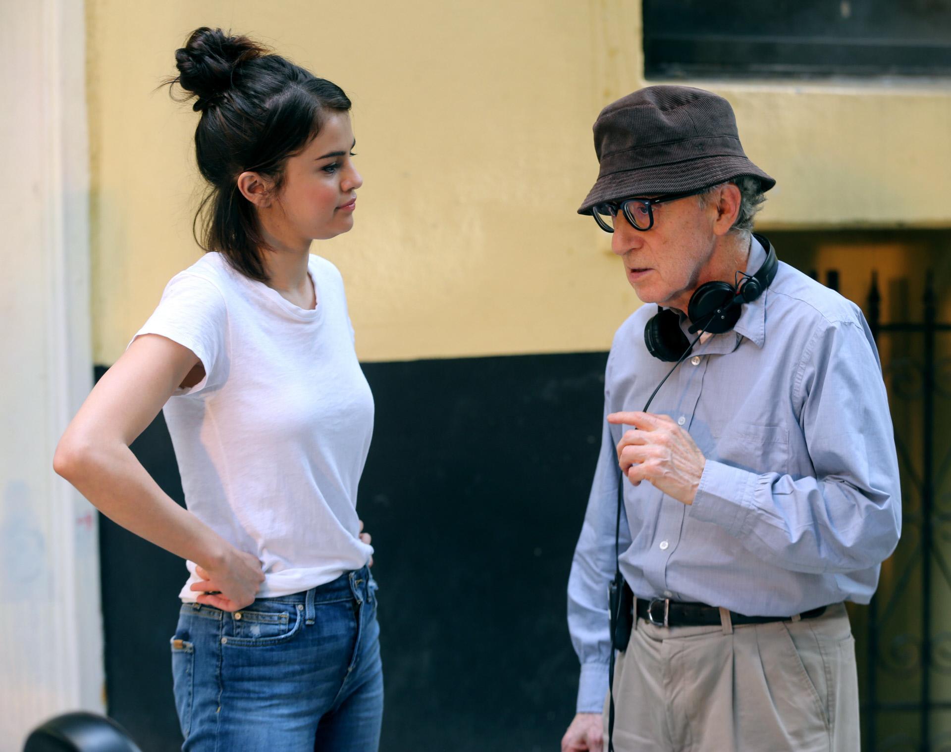 Woody Allen dirigiendo a Selena Gómez en el set de la película...