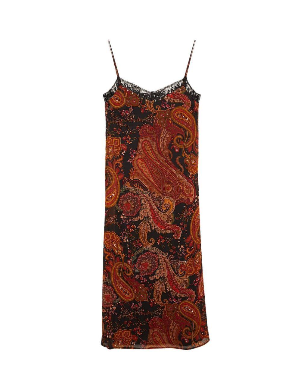 Vestido lencero de Stradivarius.