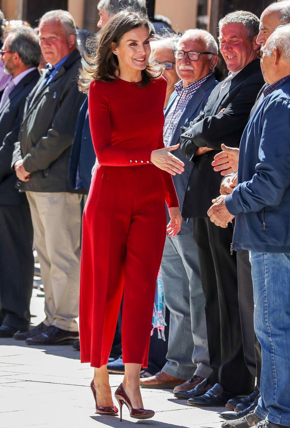La reina Letizia con un look rojo.