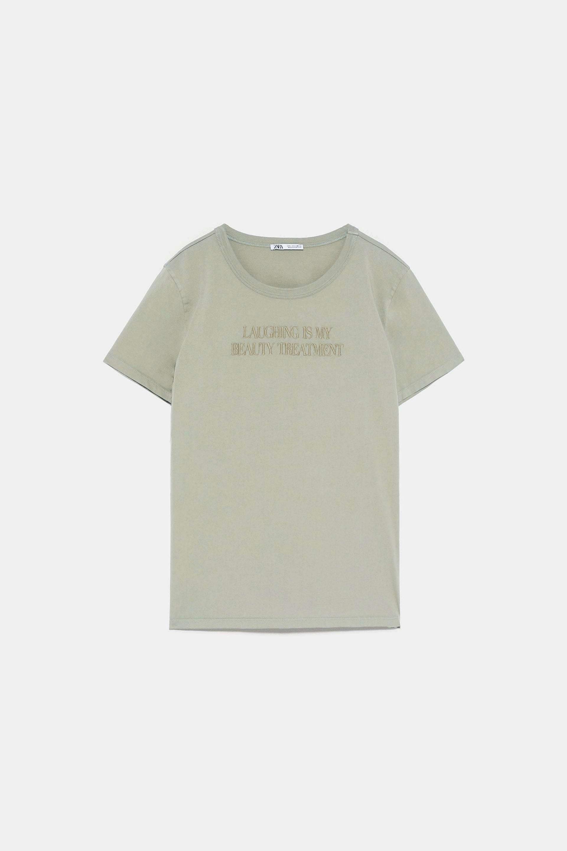 Camiseta con mensaje bordado de Zara