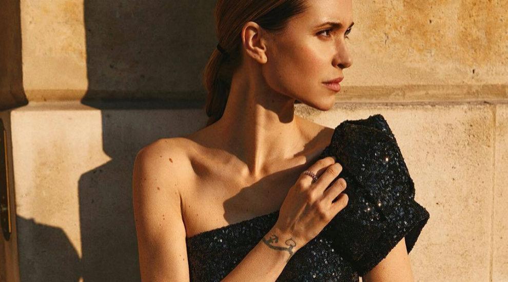 Pernille Teisbaek con vestido negro
