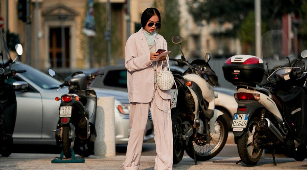 Street style de Milán con bolso blanco