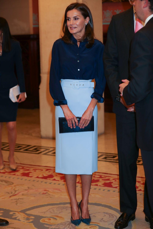 Doña Letizia con una falda lápiz de Hugo Boss en color azul celeste.