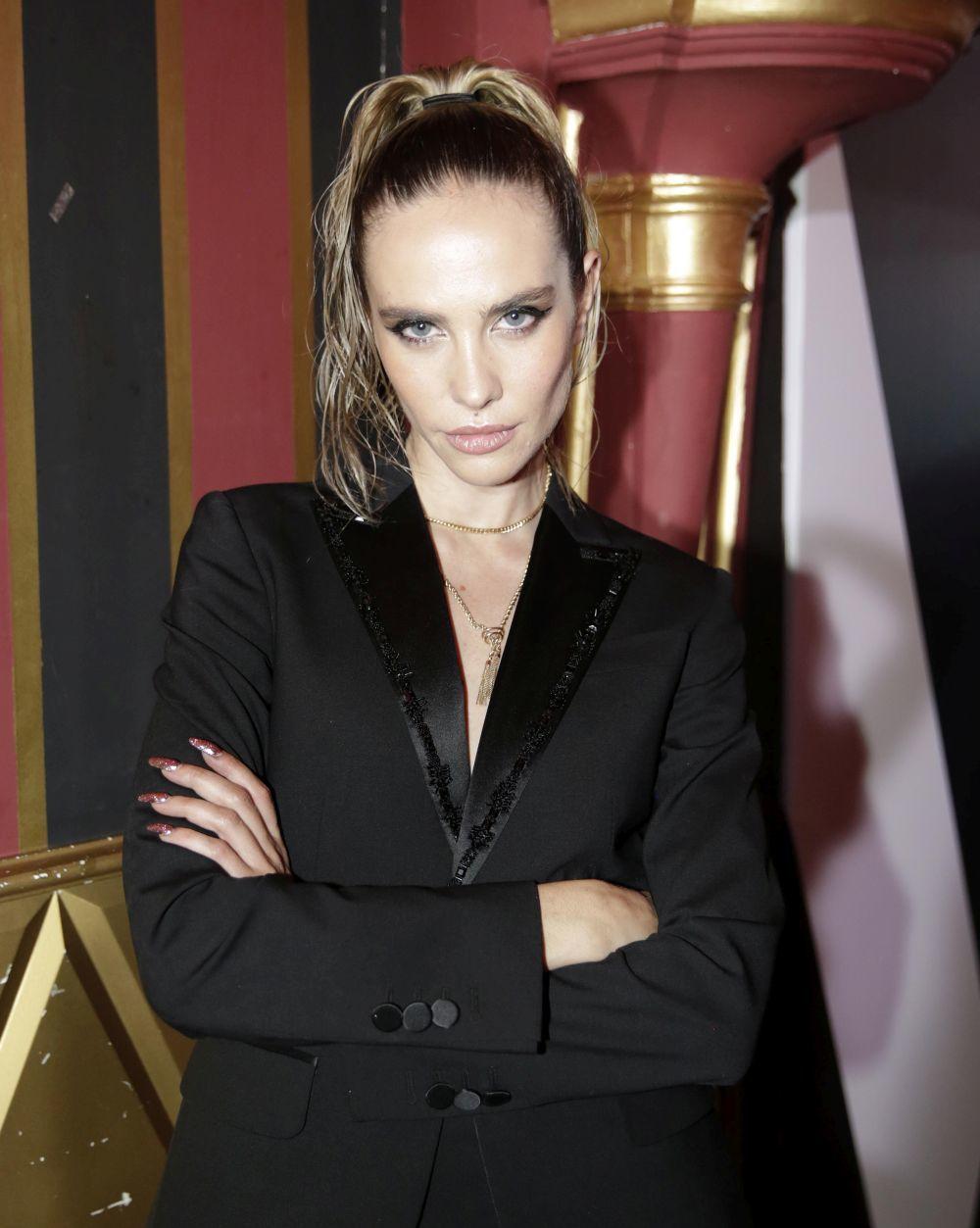 Brisa Fenoy con coleta alta y efecto mojado y maquillaje de Guerlain.