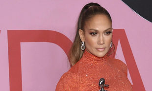 Jennifer Lopez con coleta alta pulida.