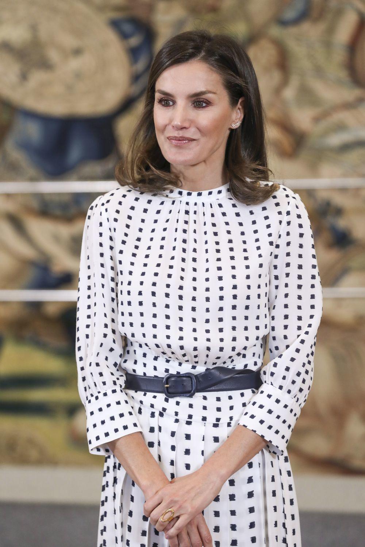 Doña Letizia recicla su vestido de Massimo Dutti más versátil.