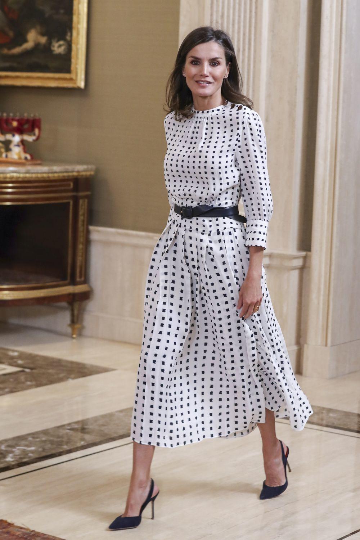 De largo midi y print bicolor, este vestido de Letizia es perfecto...