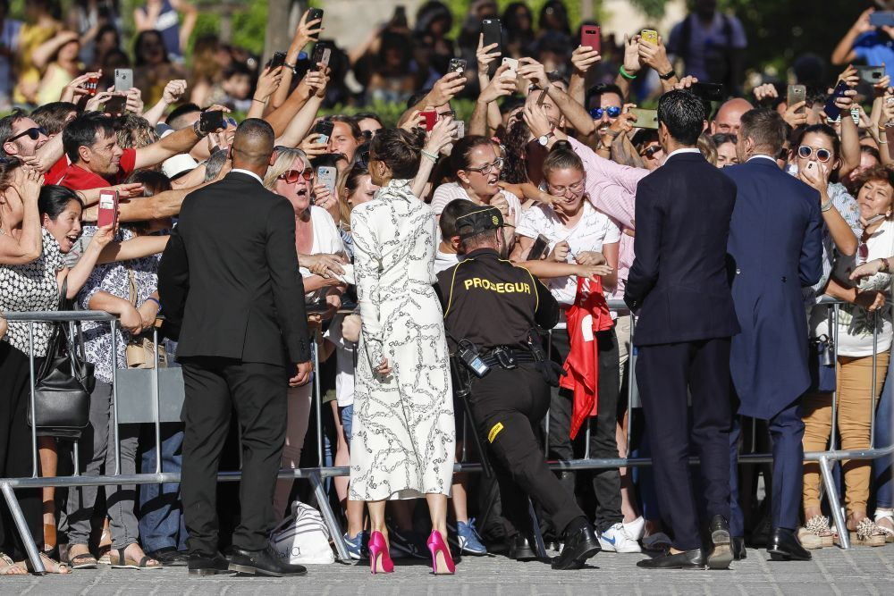 Victoria Beckham saluda cariñosamente a la gente a las puertas de la...