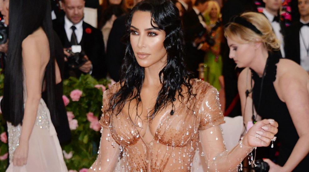 Kim Kardashian luce piernas increíbles en el MET Gala
