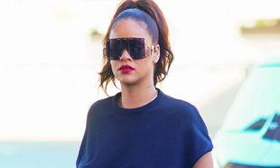 Rihanna con total look negro y maxi gafas