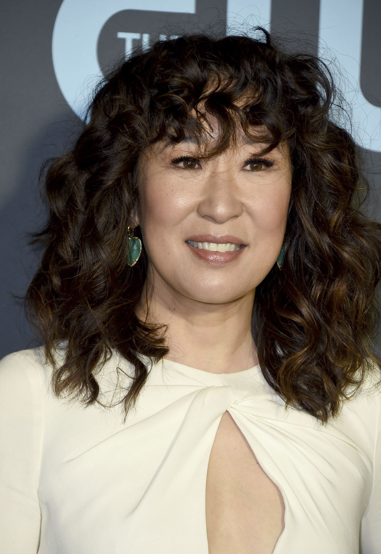 Sandra Oh, con un long bob rizado con flequillo.