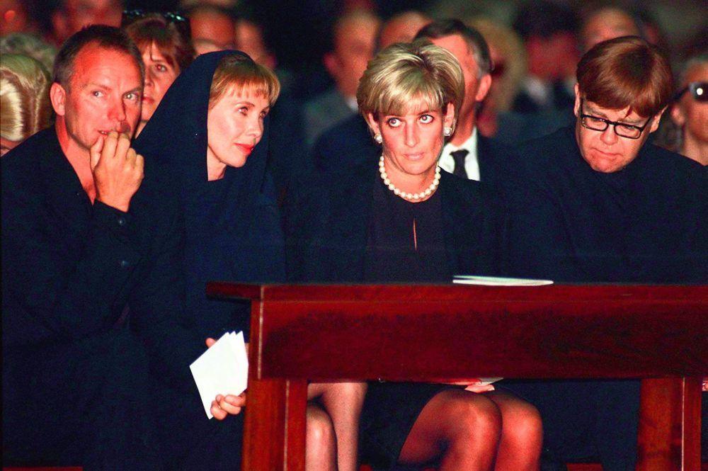 Diana de Gales con Elton John y su marido durante el funeral a Gianni...