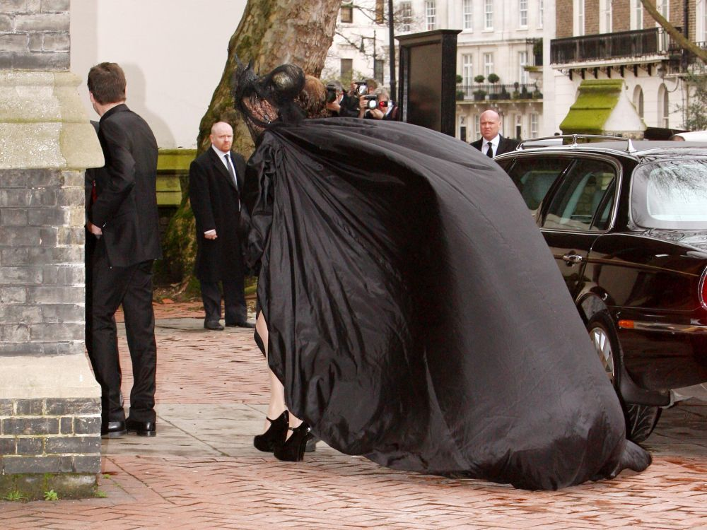 Impactante imagen de Daphne Guinness en el funeral de Alexander...