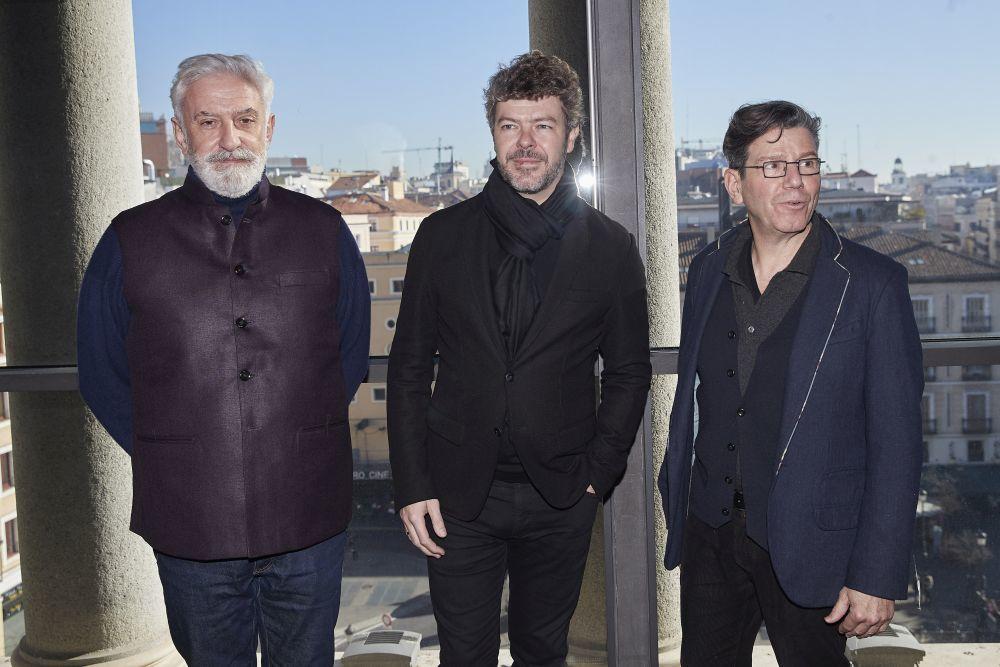 A la izquierda de la foto, con gafas, Robert Carsen junto al director...