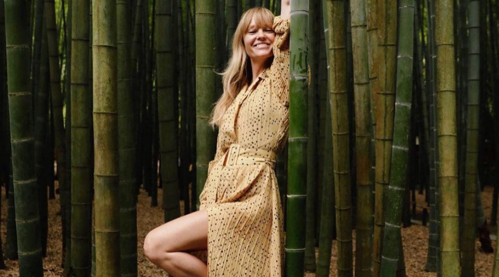 Jeanette Madsen con su vestido camisero