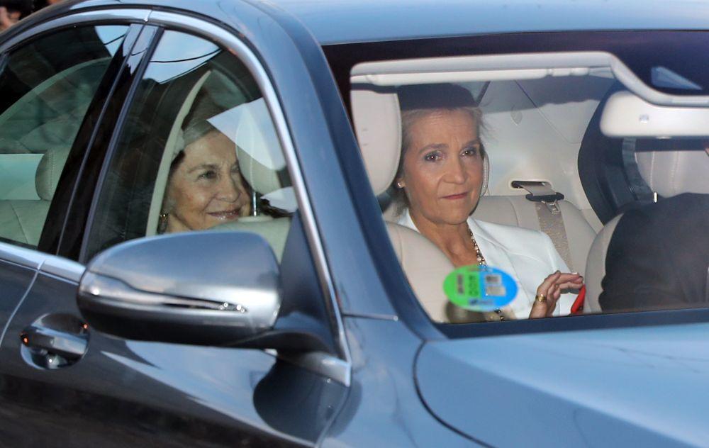 La infanta Elena y Doña Sofía llegando a la puesta de largo de...