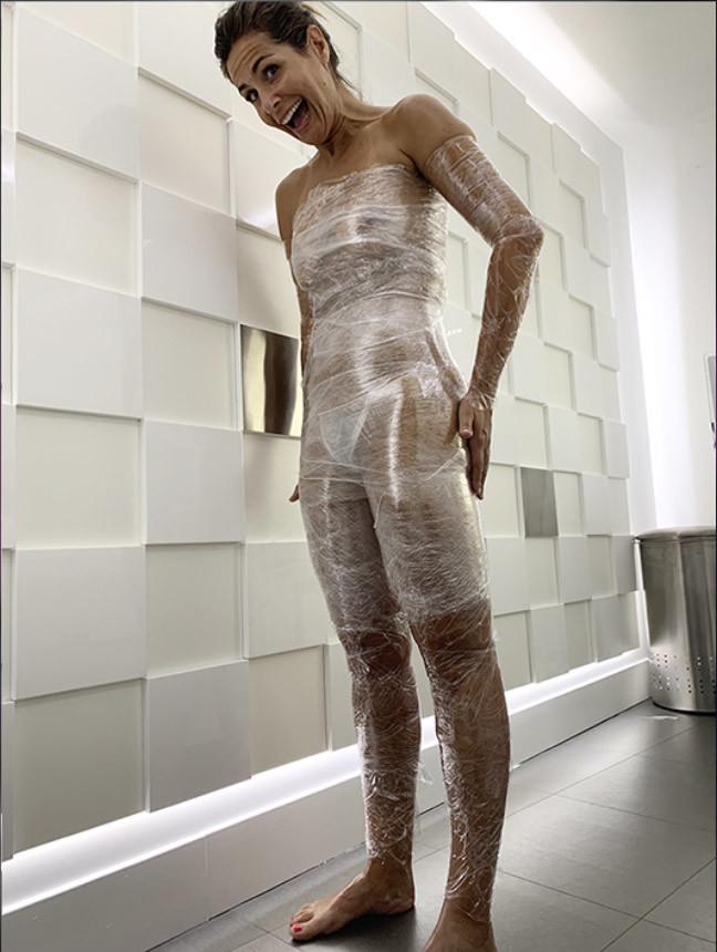 Nuria Roca con envoltura transparente de su tratamiento corporal del...