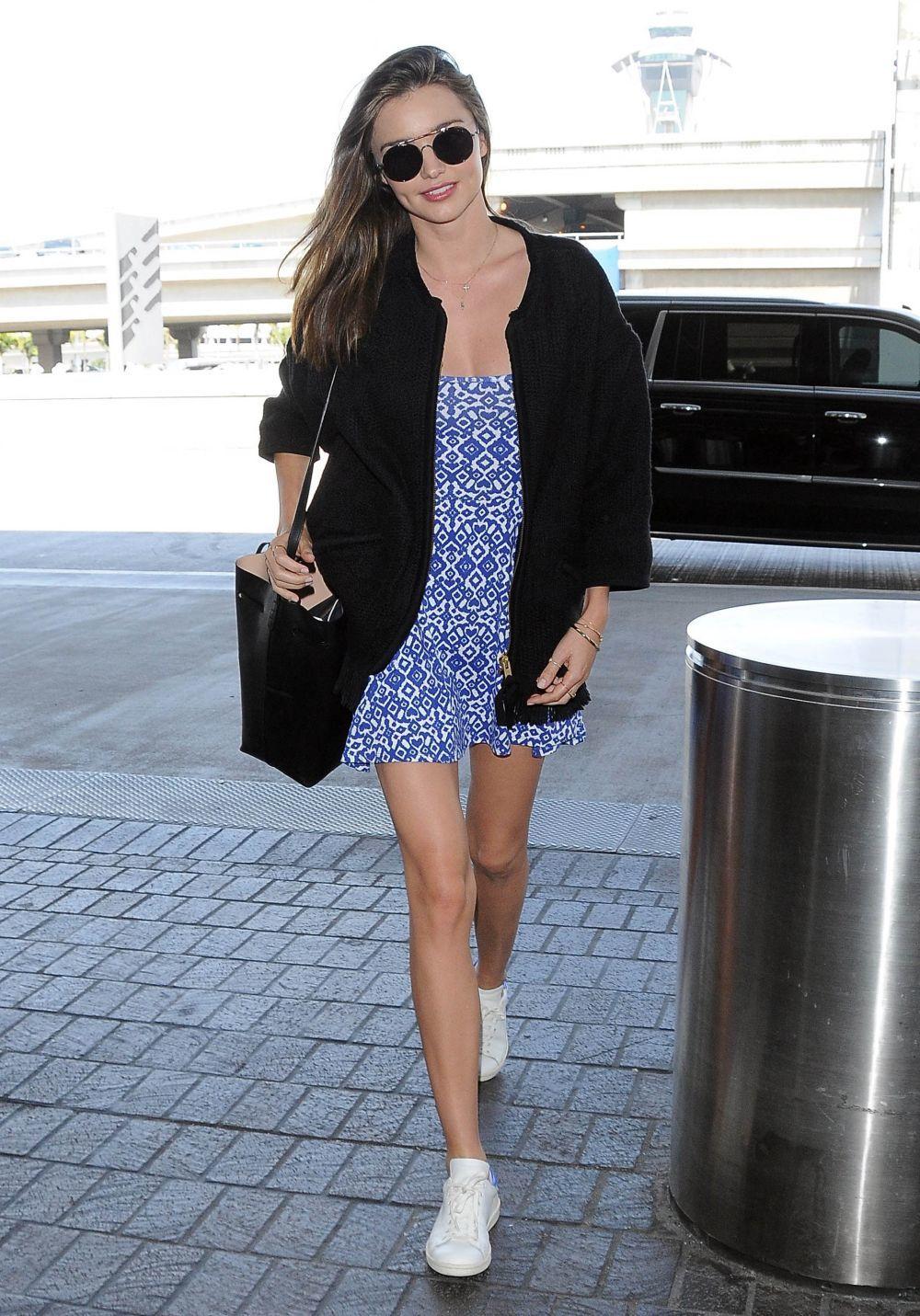 Miranda Kerr se atreve con la mezcla vestido y zapatillas.