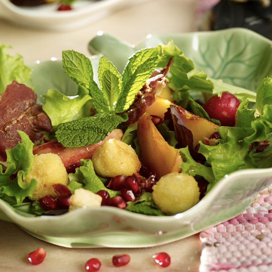 Una ensalada con granada es una receta refrescante para el verano.