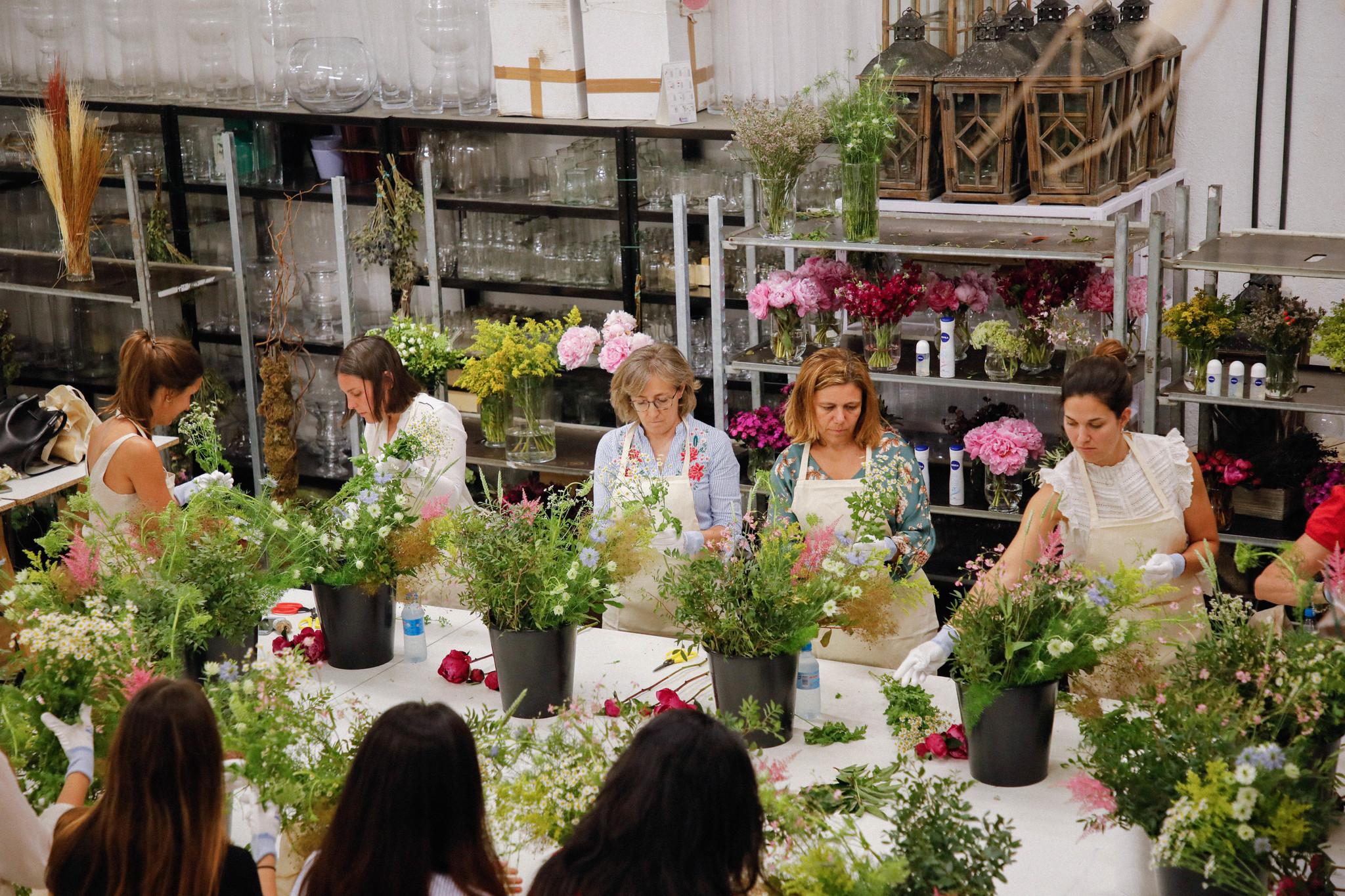Las invitadas aprendieron a hacer sus propios centros florales con la...