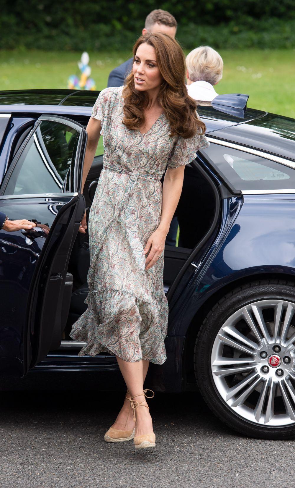 La Duquesa de Cambridge con vestido y alpargatas.