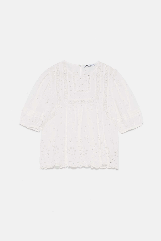 Blusa de manga corta calada y estilo romántico de Zara